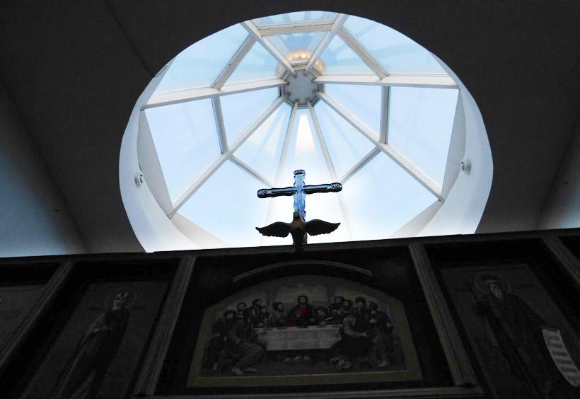 上部には十字架があり、天井のガラスから、光が入ってきます