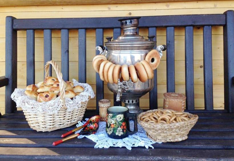 ブリヌィなど伝統的なコサック料理をふるまってくれます