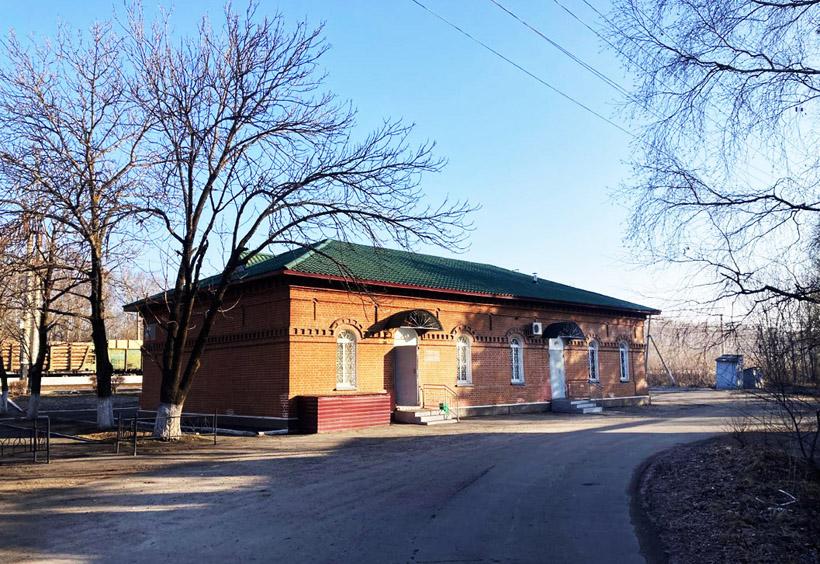 線路側から見た駅舎「正面」