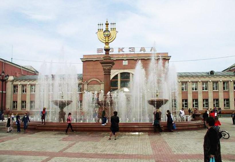 中心に立つユダヤ特有の7枝からなる燭台のメノラーは、ビロビジャン創建65周年に建てられたもの