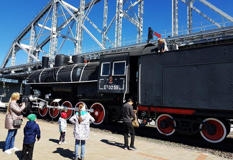 アムール川鉄橋歴史博物館の館外に広い敷地があり、古い機関車や客車などがたくさん展示されています