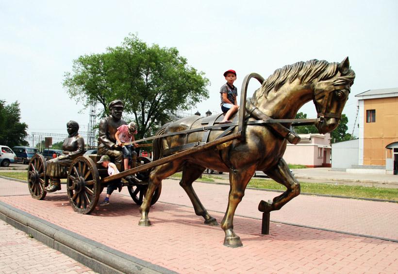 馬車を引いてこの町に最初に来たユダヤ人入植者の記念像