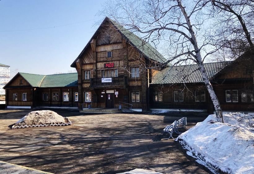 木造にしては大型の駅舎