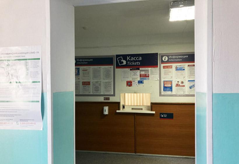 切符売り場は、朝と夕方の列車に合わせて短時間だけ営業