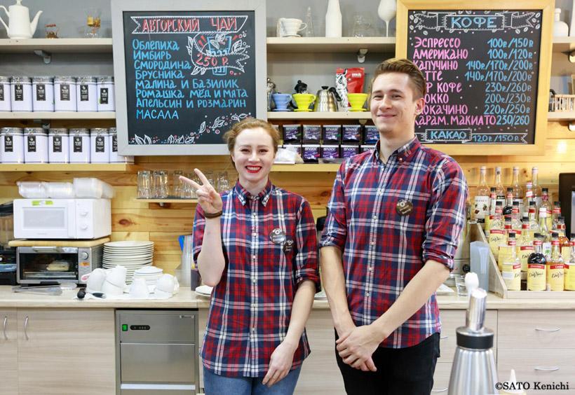 スタッフは同じ赤と紺のチェック柄のシャツを着ていました