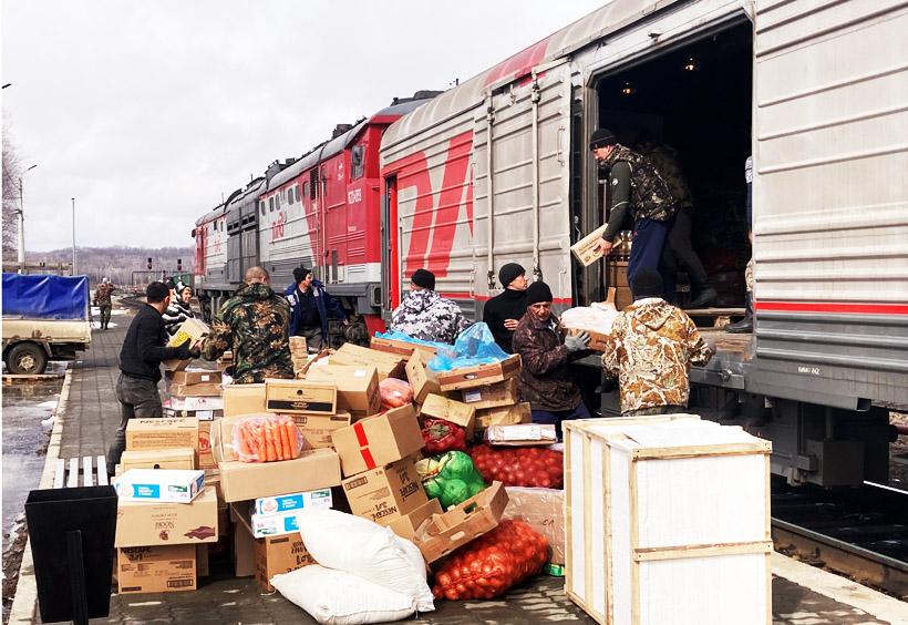 荷物車では、ウラジオストクやハバロフスクで積み込んだ大量の荷物を降ろす作業が行われる