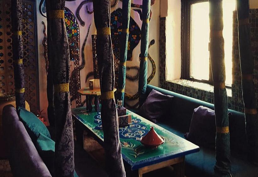 店内には香しいアロマランプや中央アジア風の食器の展示、水タバコのコーナーがあります