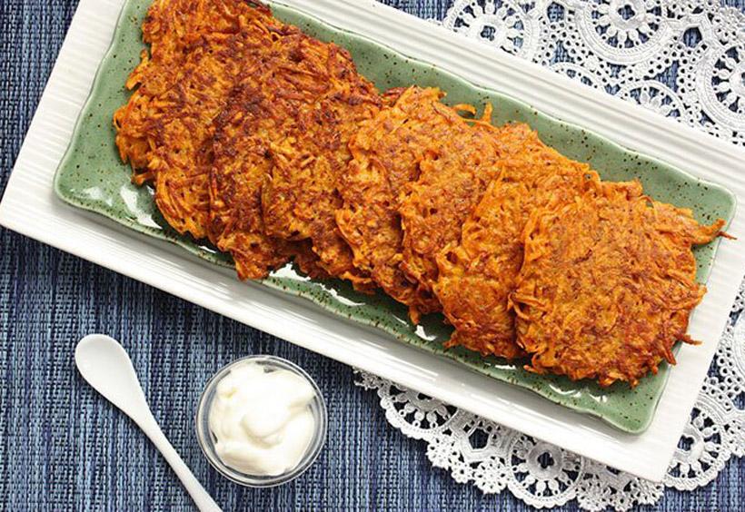 ラトケスは、細切りにしたジャガイモを焼いたハッシュポテトのような食べ物