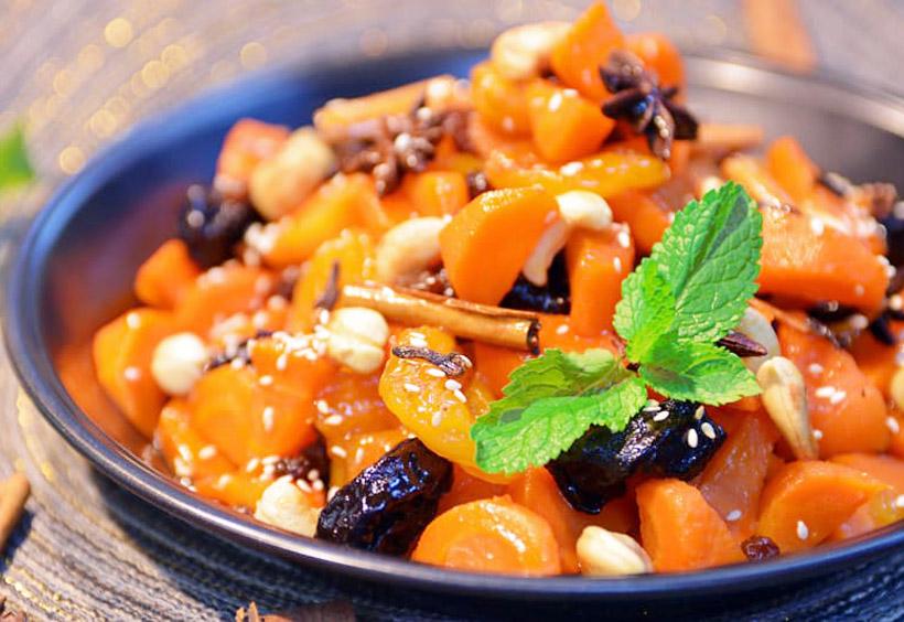 ツィメスは、ユダヤの伝統的な甘いシチューで、ユダヤ教の新年の定番メニューです