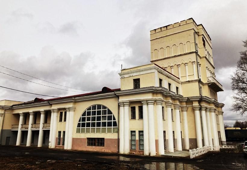 リトフコ市街(駅前広場)側から見た駅舎