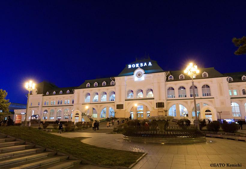 ハバロフスク駅午後9時発の夜行寝台「オケアン号」に乗ると、ウラジオストクに朝8時半に着きます