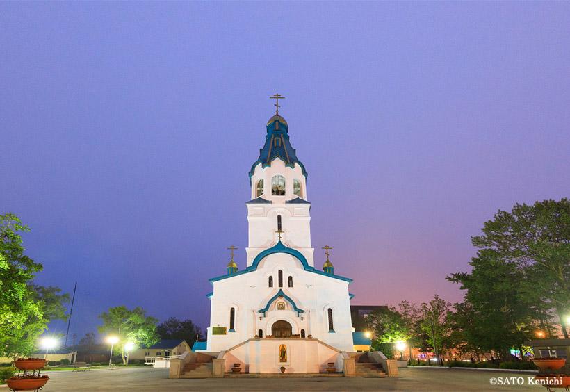 ライトアップされ、夜に浮かび上がるロシア正教会