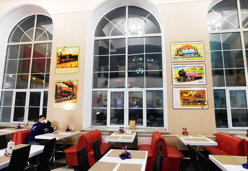 駅舎の中にある食堂でひと休み。そこはロシアの大衆食堂スタローヴァヤ