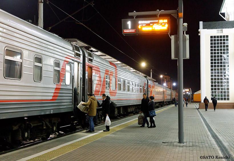 大きなスーツケースを抱えた乗客たちは、車掌さんの検札を経て列車に乗り込みます
