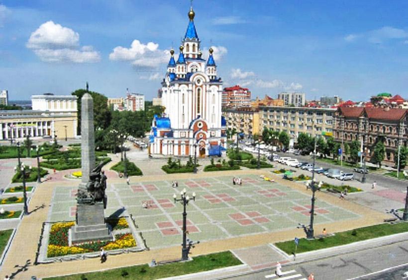 教会の隣に広がるのは、コムソモーリスカヤ広場