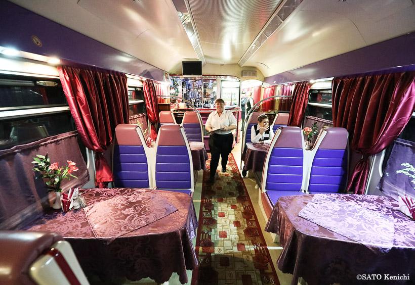 「オケアン号」の食堂車は、ディナーやアルコールをカジュアルな雰囲気で楽しめます