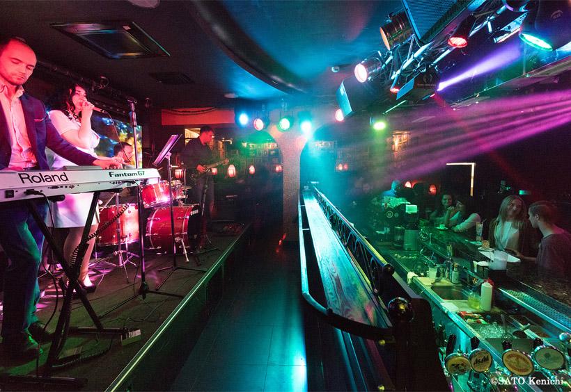 客席から一段高い場所にステージがあり、その間にカウンターがあります