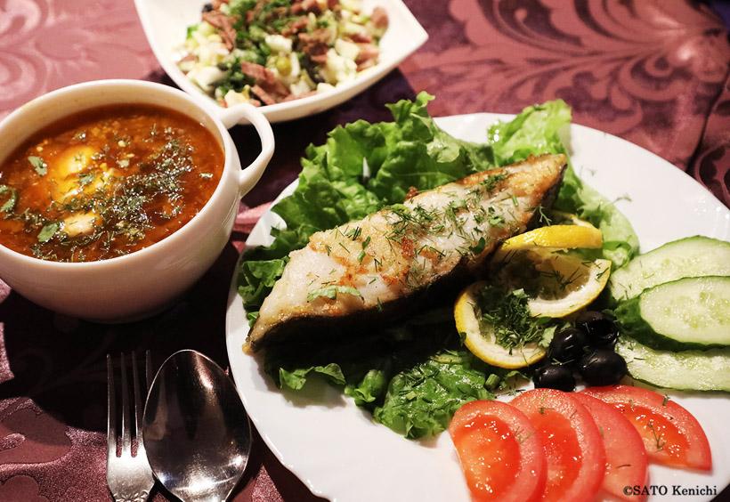 ボルシチと白身魚のソテー、肉入りポテトサラダ