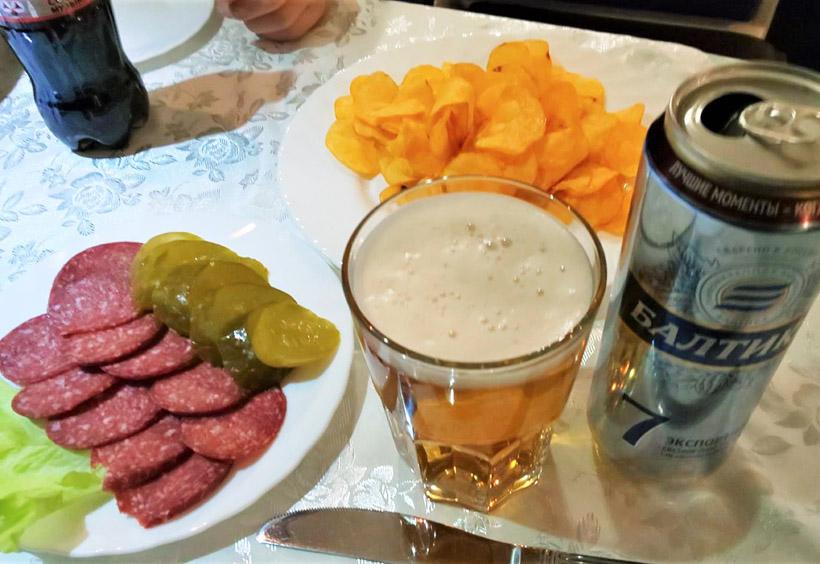 カウンターバーには、各種ビールやウィスキー、ワイン、ウォッカなどのボトルが置かれています