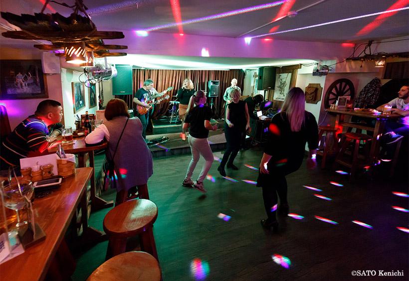 演奏が始まると客は踊り出します