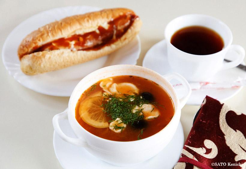 食堂車でホットドッグとボルシチ、そしてコーヒーを注文