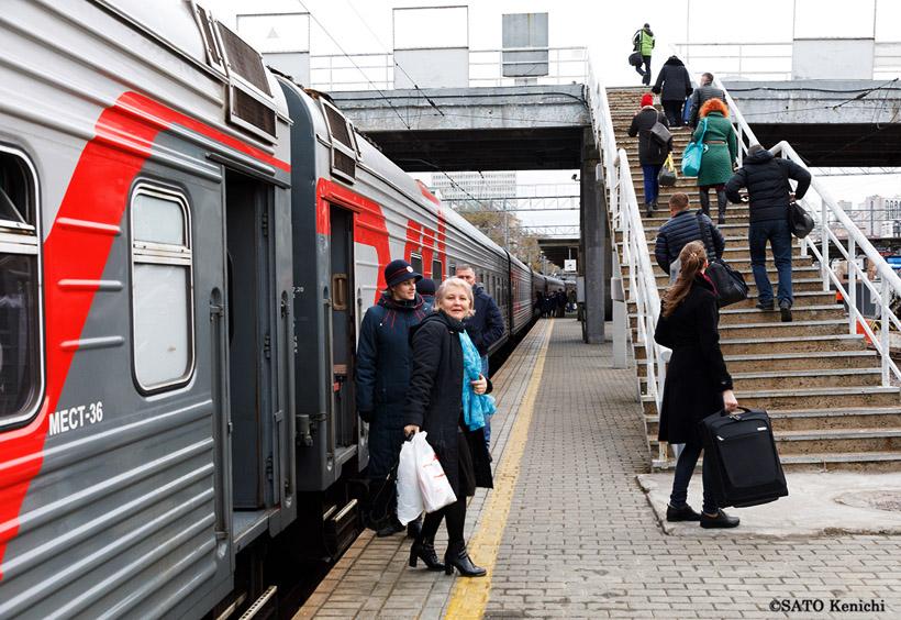 ウラジオストク駅に着くと、乗客たちはプラットフォームに降り立ちました