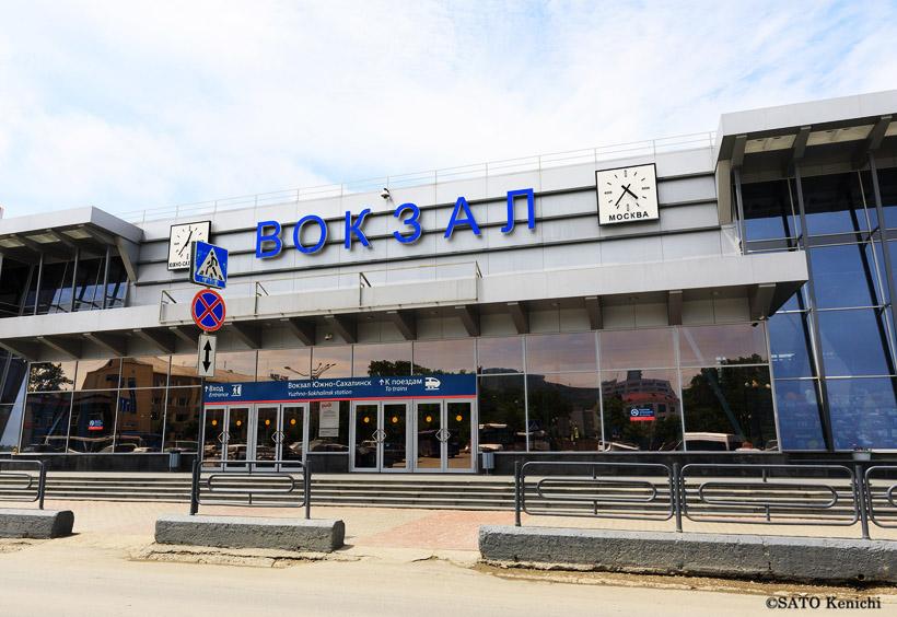 駅は地図の左手にあります。「вокзал」(ロシア語の「駅」)と正面にブルー字で書かれていて、一目でわかります