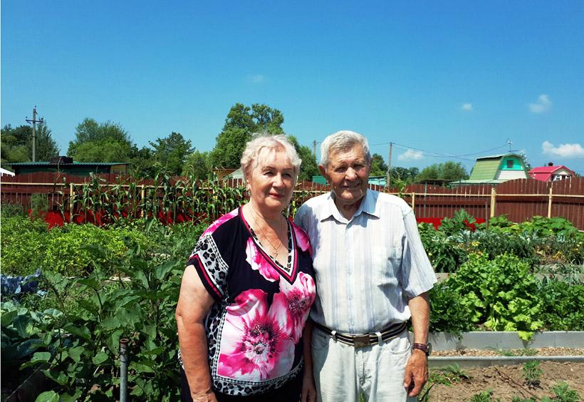 ご夫婦は、近所の川で釣りをしたり、庭園で野菜や果物などを育てて過ごします