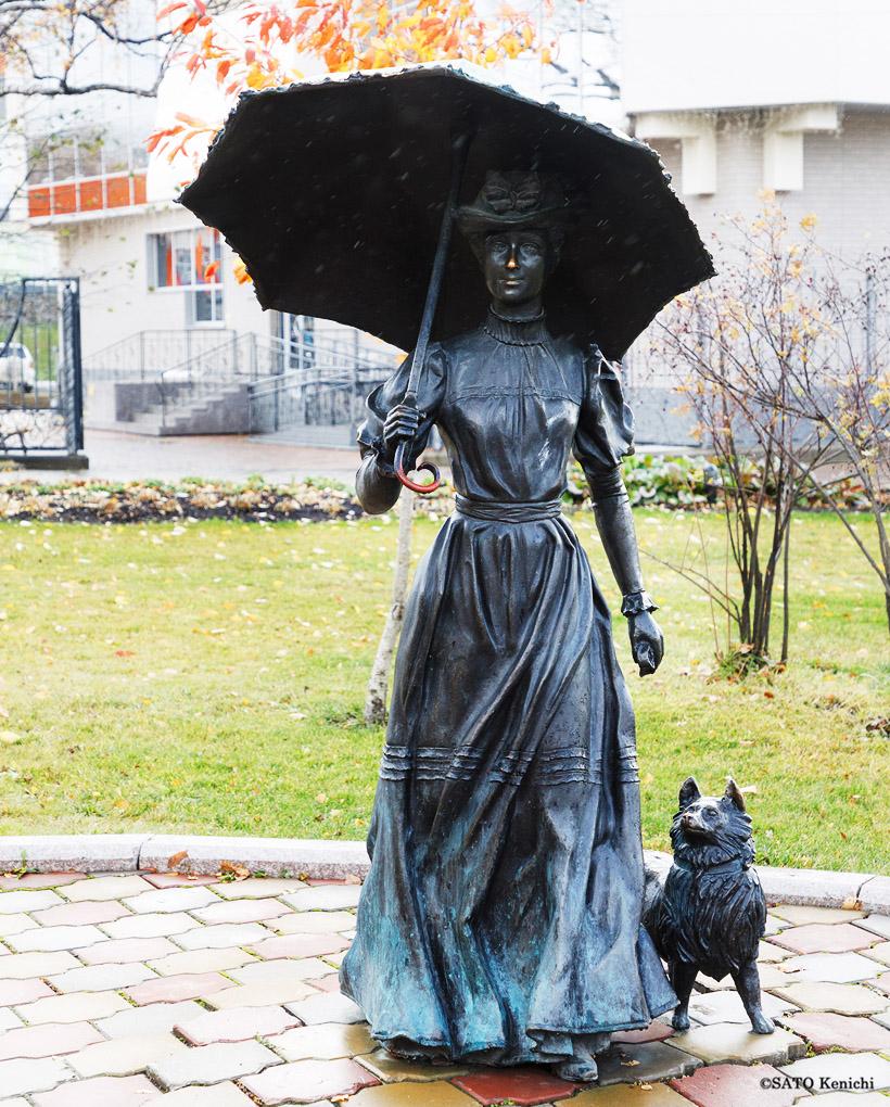 「犬を連れた奥さん」の像
