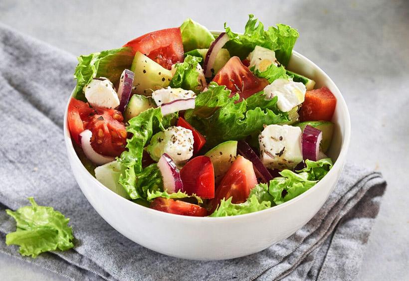 トマトやレタスやキュウリ、そしてロシア風にジャガイモも入ったサラダ