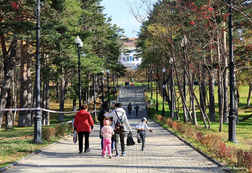 山側の並木道は日本時代にあった樺太神社の参道の跡です