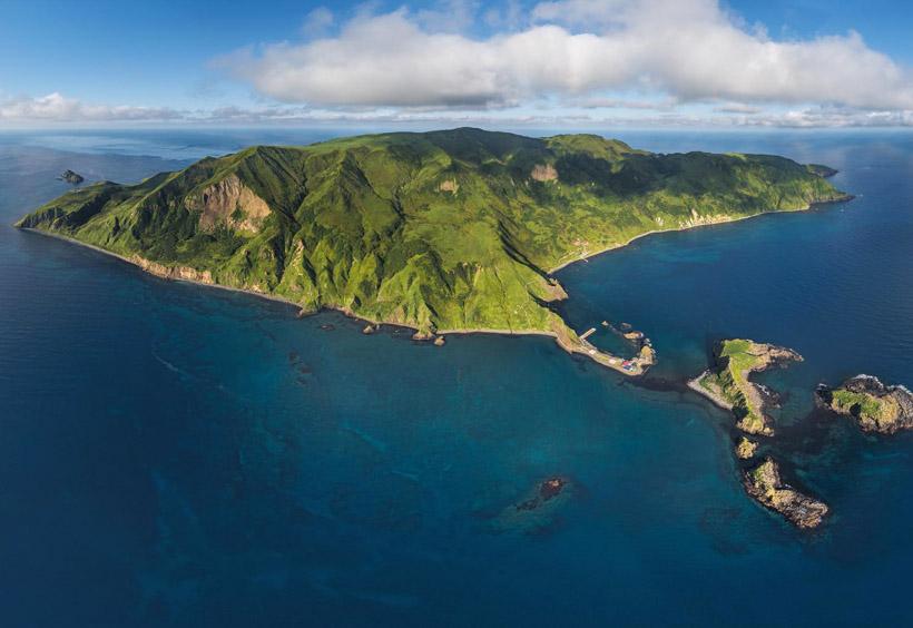晴れた日には宗谷岬を含む稚内市内や利尻島・礼文島からも見ることができるほどの近さ