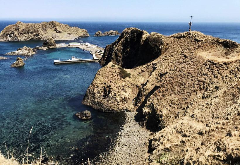 この島は約30平方キロメートルの大きさで、夏には透明度の高い海でダイビングが楽しめます