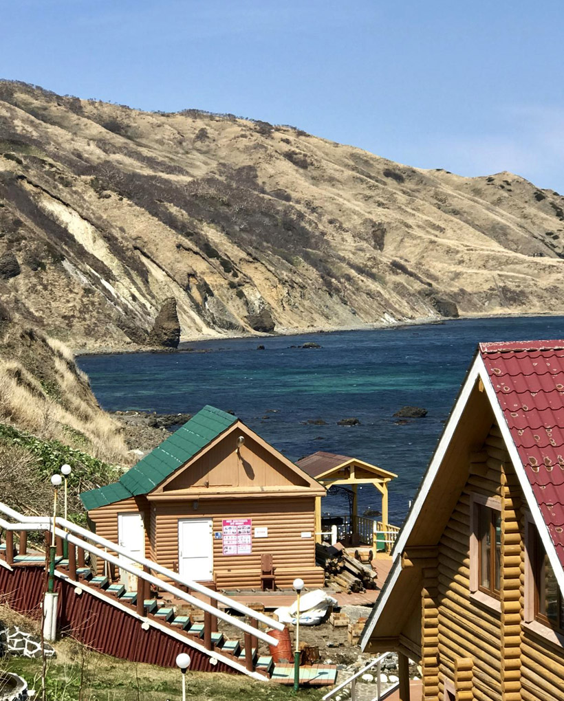 新しく建設された港湾施設や木造コテージのホテル
