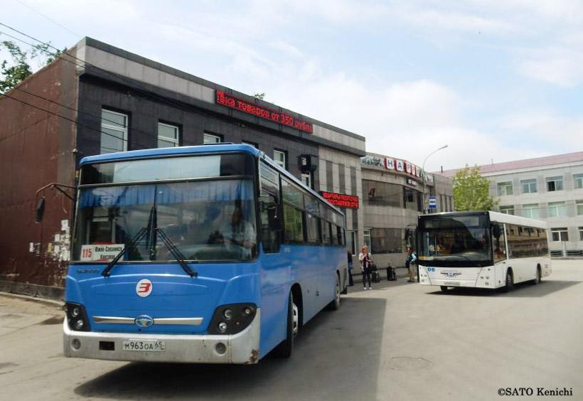 手前のブルーのバスはコルサコフ行きです