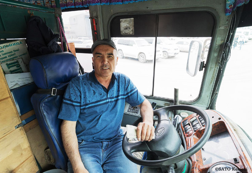 コルサコフ行きのバスは片道125ルーブル(当時)。バスの中で運転手に払います