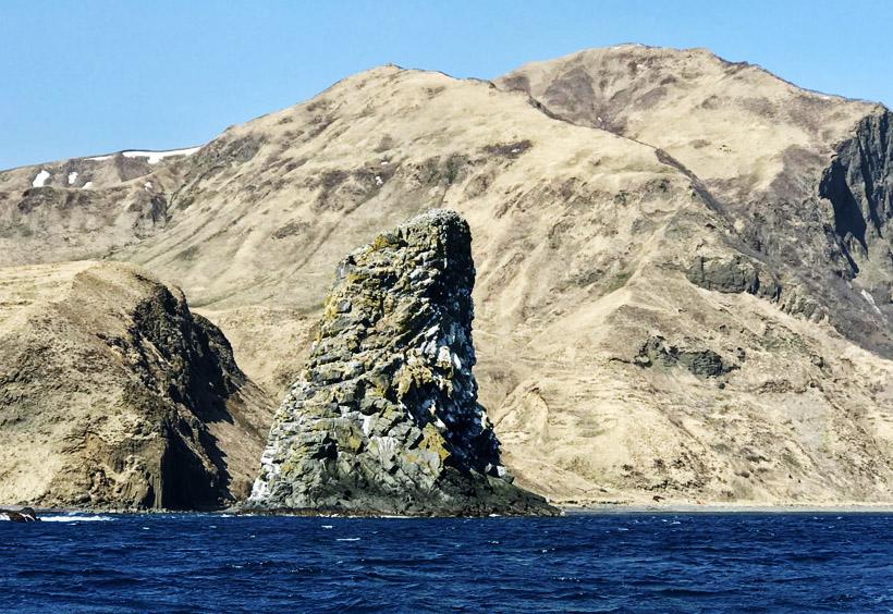 海岸線に続く岩肌は荒涼としています。海面から突出した岩