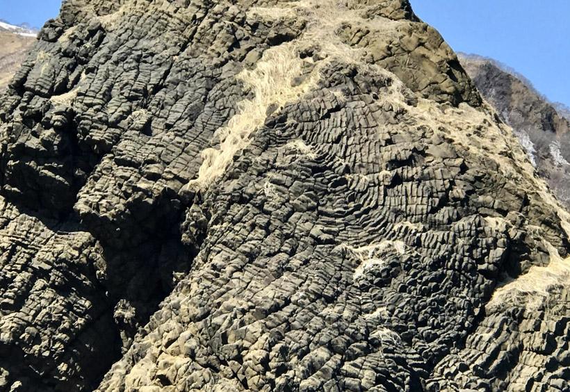 海岸線に続く岩肌は荒涼としています。ゴツゴツとした岩肌。