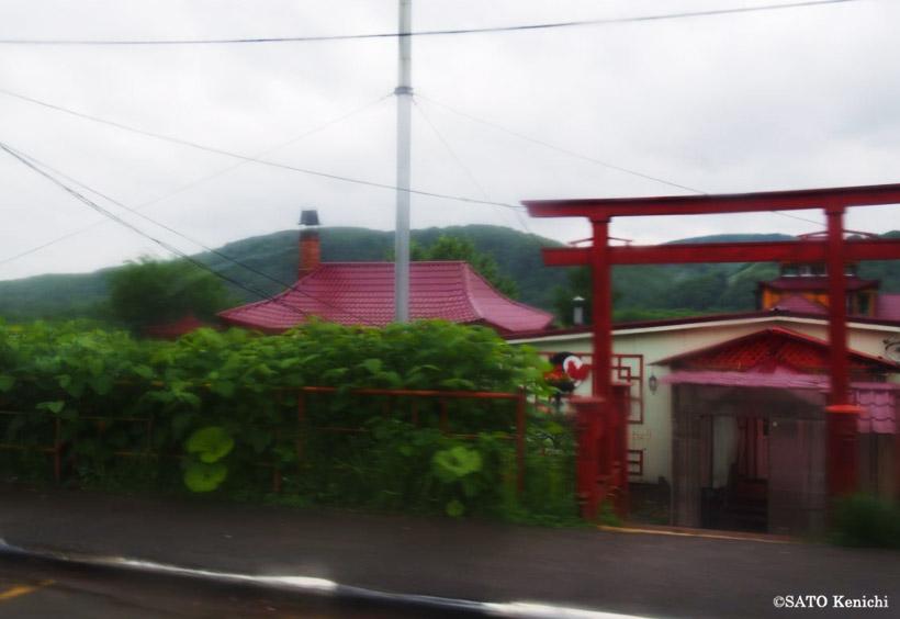 道中、真っ赤な鳥居と中国風のデザインの民家が見えました