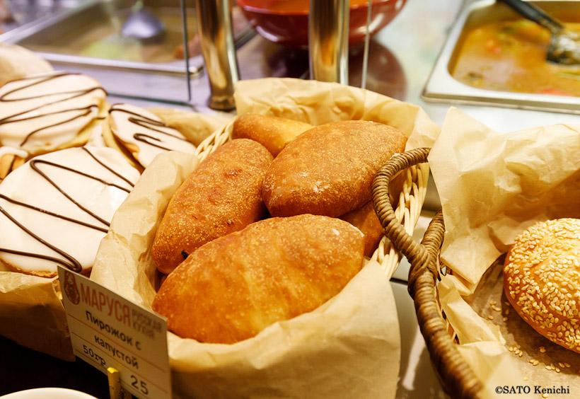 揚げたてのピロシキやパン類も豊富